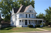 407 E SUMNER ST / STATE HIGHWAY 60, a Queen Anne house, built in Hartford, Wisconsin in 1897.